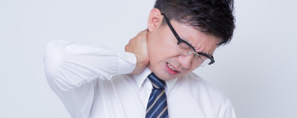 首が痛い男性